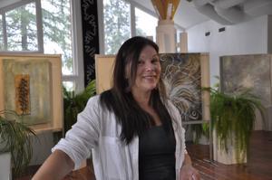 Leena Ojutkangasta ovat inspiroineet muun muassa luontodokumentit. Taustalla sekatekniikalla toteutettu Maailma on lautta sekä maalaukset Laguuni ja Alku.