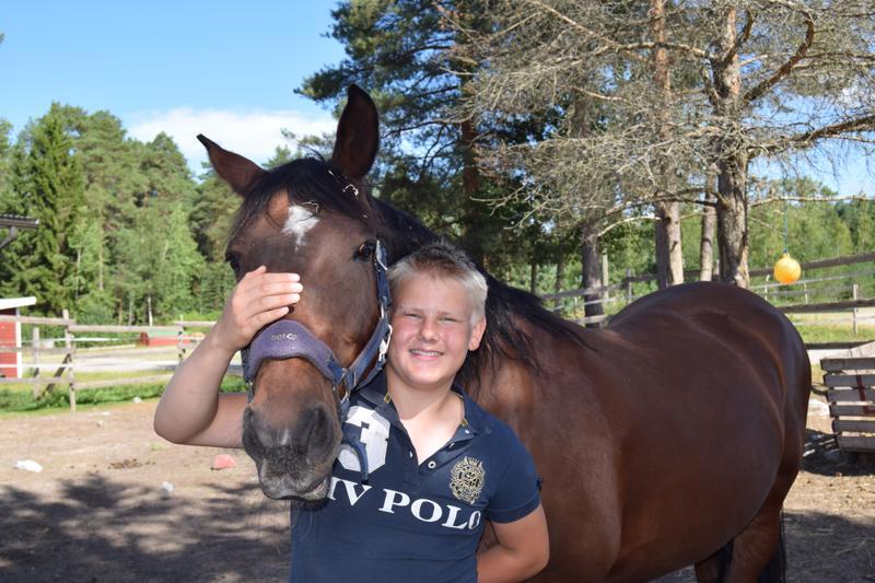 Arvi Martikainen ja Sabria. Ratsastusharrastus on poikien keskuudessa harvinaista ja siitä voi joutua kiusatuksi. Arvi ei ole kiusaamisesta vaiennut. Hänen mukaansa nimetty verkosto tukee poikien ja miesten ratsastusharrastusta.