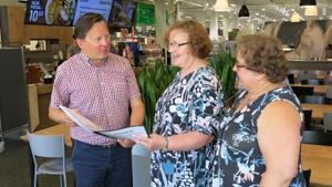 Kokkolalaiset Helena Isotalus ja Taina Lamminen luovuttivat keskiviikkona adressin HalpaHallin toimitusjohtajalle Janne Yliselle kangaskaupan säilyttämisen puolesta. Adressiin allekirjoitti 17. kesäkuuta -7. elokuuta välisenä aikana 1232 ihmistä.