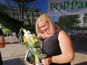 Tiina Isotalus ja Kokkolan Pride -tapahtuma palkittiin keskiviikkona iltatorilla.