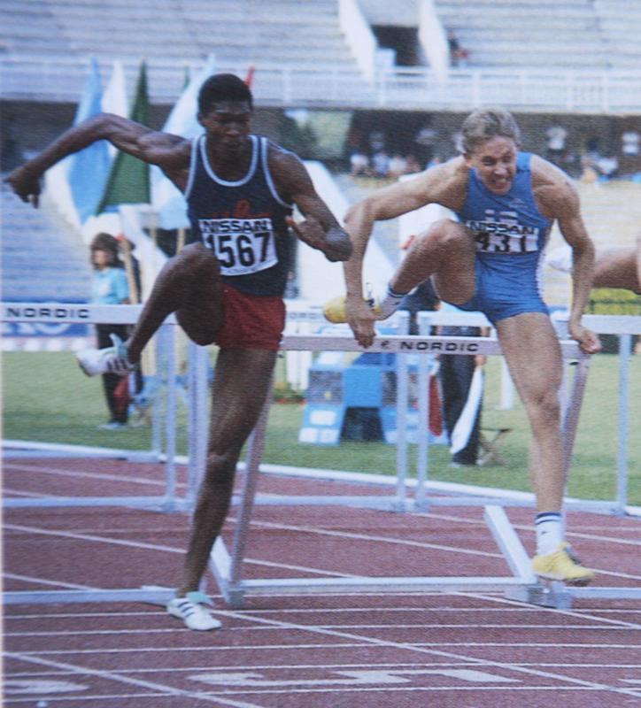 Antti Haapakoski ja Alexis Sanchez viimeisellä aidalla MM-finaalissa 1990. Kuubalainen johtaa ja Antti kaataa aidankin, muttaonnistuu silti voittamaan.