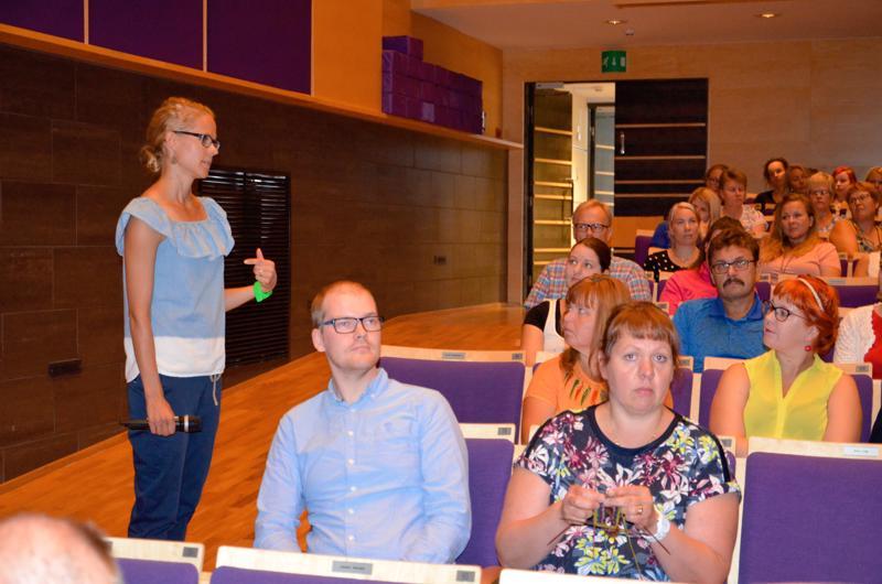 Jaana Kari kyselemässä ylivieskalaisten opettajien kokemuksia liikkuvista lapsista. Nämä näyttäytyvät opettajien mukaan oppitunneillakin  aktiivisina.