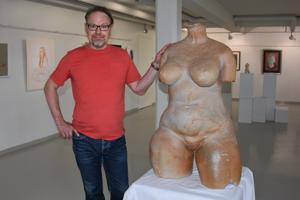 Torso. Kokkolalaisen kuvataideharrastajan Jouni Vähäsöyringin Kätkettyä kauneutta ja ihmisen kuvia -taidenäyttelyn katseenvangitsija on keramiikkaveistos.