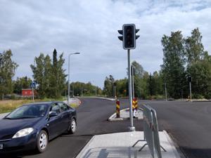 Liikenne Itäväylän ja Pietarintien risteyksessä on tästä perjantaista lukien valo-ohjattu. Alue on saanut myös mm. uuden asfaltin.