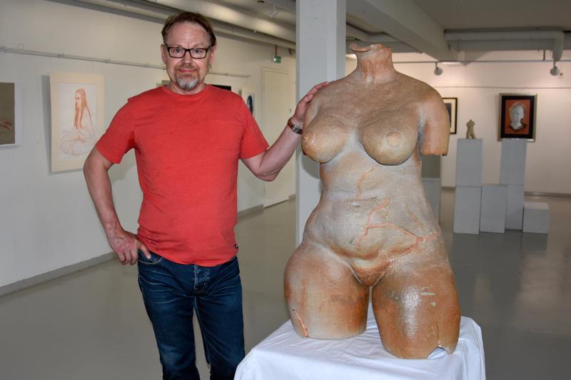 Jouni Vähäsöyringin Kätkettyä kauneutta ja ihmisen kuvia -taidenäyttelyn katseenvangitsija on keramiikkaveistos.