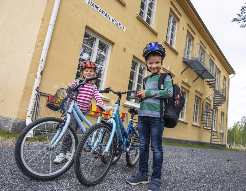 Venla ja Valtteri kulkevat kouluun Haikaran kuntopolkua pitkin. Lyhyellä koulumatkalla voi huoletta ottaa vaikka pyöräilykisan, sillä tiellä kulkevia traktoreita ja rekkoja ei tarvitse polulla pelätä.