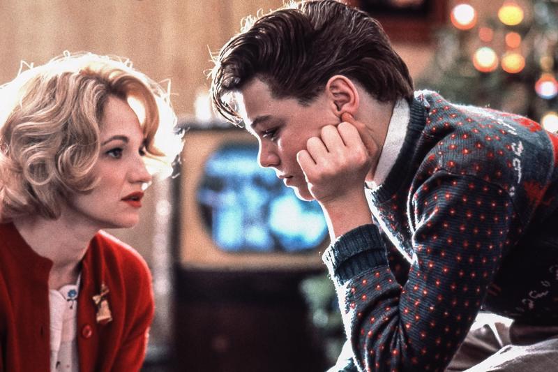 Nuori Leonardo DiCaprio on teinipoika ja Ellen Barkin hänen äitinsä 1950-luvulle sijoittuvassa Tämän pojan elämä -elokuvassa.
