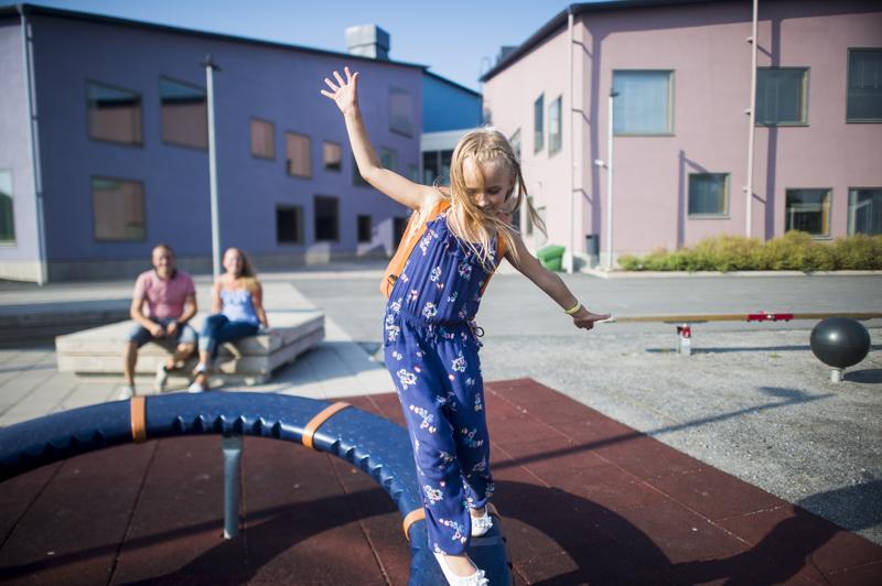 Loviisa Luokkala aloittaa ensi viikon tiistaina koulun Kokkolan Isokylän koulussa. Vanhemmat, Anu Kauppila ja Tero Luokkala, ovat alusta asti miettineet työaikansa neliperhisen lasten koulujen kautta.