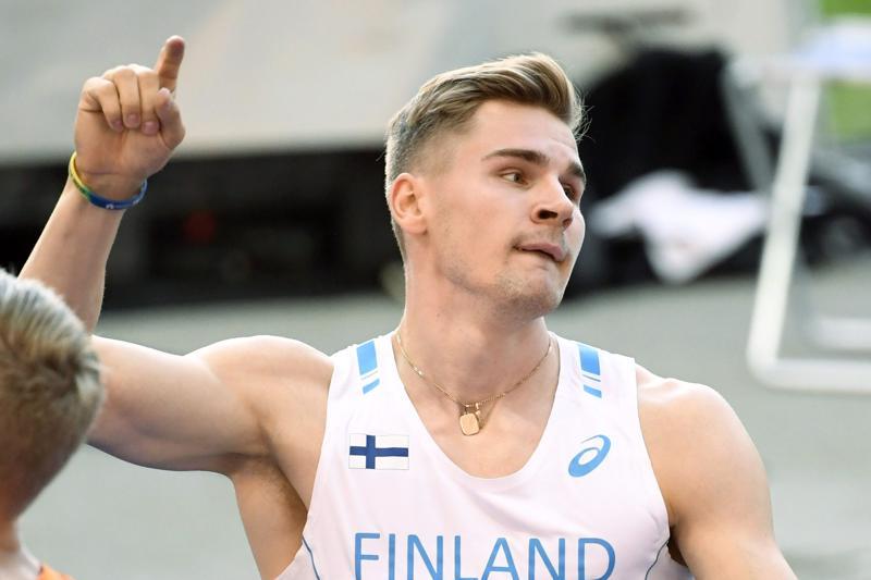 Elmo Lakka juoksi oman ennätyksensä 110 metrin aidoissa.