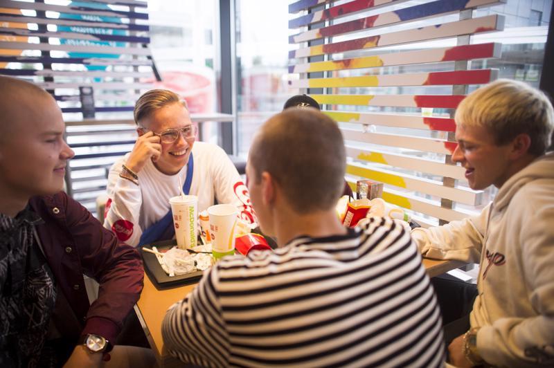 17-vuotiaat Joel Raja-aho ja Seemi Peltoniemi sekä muu porukka aloittelevat iltaansa syömällä mahat täyteen. Poikien illan suunnitelmat ovat vielä auki, mutta tarkoituksena olisi löytää vielä muitakin kavereita kaupungilta.