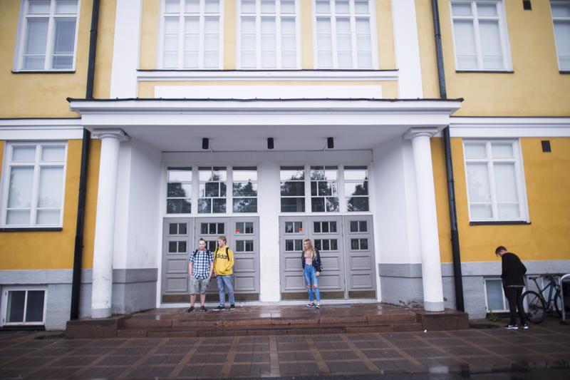 Ysiluokalle menevät Aleksi Haapaniemi, Anni Hukka ja Nico Alatalo olivat perjantaina seitsemän aikoihin isolla porukalla Mäntykankaan koululla.