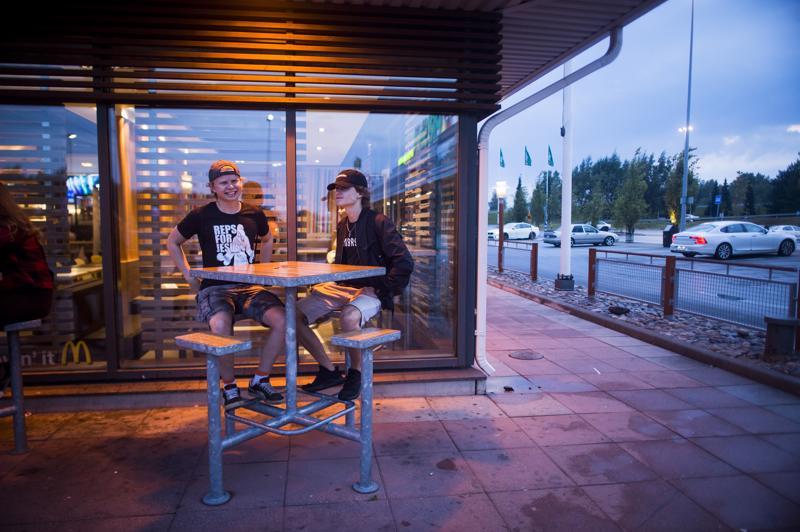 16-vuotiaat lukion toiselle menevät Kristian Kleimola ja Jonathan Alitalo saapuivat kymmenen aikoihin Kokkolan Prisman alueelle ajatuksissa syödä nuorten suosimassa pikaruokaravintolassa. Muuten ilta etenee rauhallisissa merkeissä.