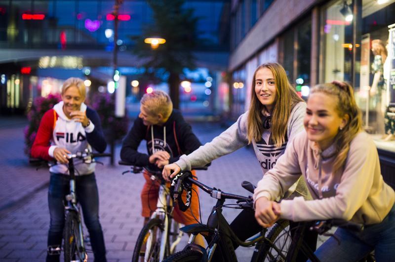 Lukion aloittavat Christian Virta, Santeri Mäkinen ja Vilma Saarela sekä ysille menevä Klara Weizmann tapasivat Purjeella ja jatkoivat siitä kello kymmenen jälkeen McDonald'sille. Sen jälkeen on suunnitteilla jatkaa jonkin koulun pihalle, mahdollisesti Hollihaan. Nelikolla on kesälomarytmi päällä vielä tämän viikonlopun ajan.