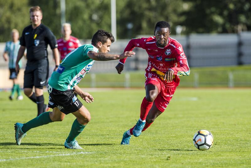 KTP:n Yerai Counago sekä Jaron  Christopher Mandiangu pallon perässä.