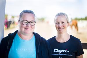 Rannikon Ratsastajien puheenjohtaja Satu Myllykankaan (vas.) ja rahastonhoitaja Marika Ainalin hymyt eivät hyydy, vaikka seuran tulevaisuus on täynnä kysymysmerkkejä.