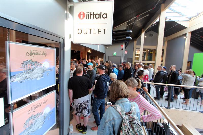 Ostoskeskus Raitissa riitti säpinää viime torstaina, kun ihmiset rynnivät ostamaan Muumin päivän erikoismukia.