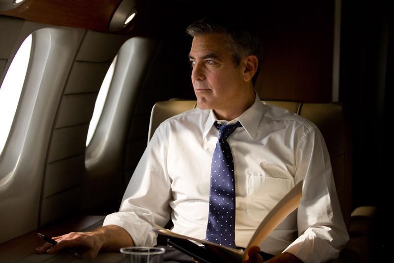 George Clooney ohjasi Vallan kääntöpuoli -elokuvan. Hän myös näyttelee siinä. Clooney on presidenttiehdokkuutta tavoitteleva kuvernööri.