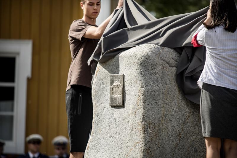 Muistomerkin paljastivat airuet Jesse Välimaa ja Ronja Harju.