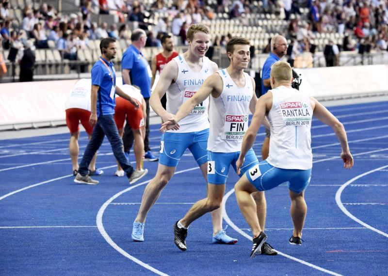Suomi juoksee 4x100 metrin EM-finaalissa.