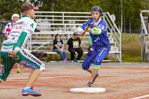 Joona Seppä näpäyttelee joukkuekaveria pesältä toiselle.