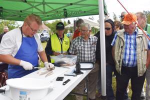 Heikki Tahkola Oulun kalatalouskeskuksesta opetti yleisölle fileointia. Kytökylän maa- ja kotitalousnaisten ansiosta tapahtumassa päästiin myös herkuttelemaan kalakeitolla.