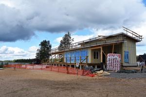 Kylpyläsaaren päärakennuksen rakentaminen on jo hyvällä mallilla. ''Eilen kokouksessa puhuimme, että lokakuun lopussa rakennuksen pitäisi valmistua. Sähkömiehet ovat saaneet nyt vedettyä kaikki johdot, joten seuraavaksi alkaa väliseinien muuraukset ja lattioiden pinnoitus. Ensi viikolla sitten varmaan seinien ja katon panelointi'', kertoo rakennuksella valvojana toimiva Jukka Siltala.