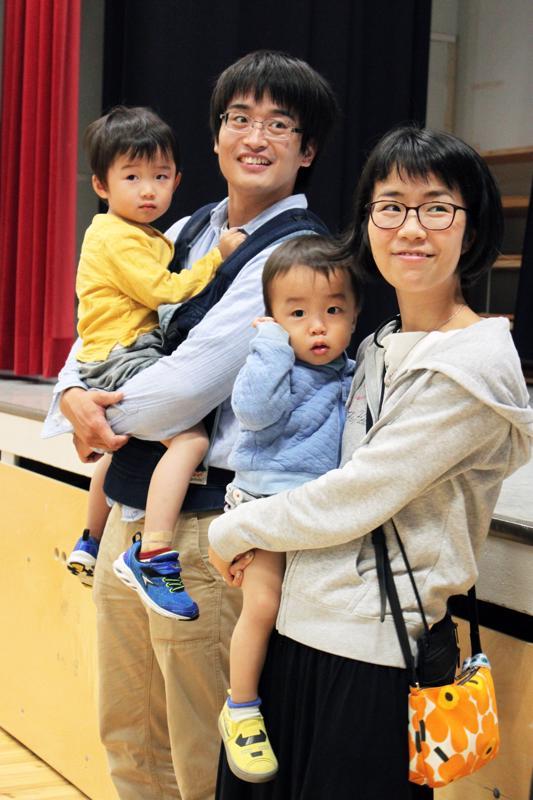 Yukiko  vieraili perheensä kanssa Raumankarin koululla.