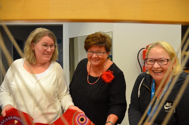 Tekstiilityön opettaja Sari Vierimaa (vas.), apulaisrehtori Seija Pulli-Marjakangas ja Ilmaisutaidon opettaja Miia Hiironen katselevat yhteisöllistä ompelutyötä, jollainen tehdään perjantain taide-etkoilla Elämystalo Artterissa.