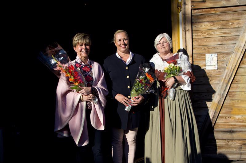 Helena Petäistö, Jutta Urpilainen ja Kristiina Teerikangas puhuivat Teetä ja wanhoja taloja -tapahtumassa.