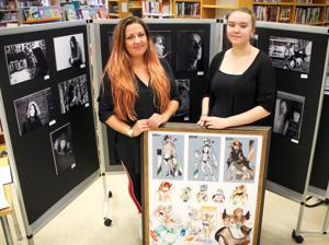 Näyttelyssä on esillä äidin mustavalkokuvia ja tyttären piirroksia turri eli furry-hahmoista.