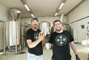 Robban Hagnäs (vas.) ja Nicke Kavilo kippistelevät Kahakka Breweryn tiloissa.