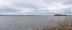 Löytönevan tuulivoimaloiden havainnekuva Räyringinjärveltä Isonkylän puolelta.