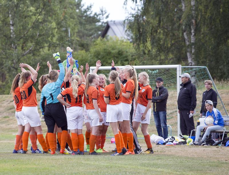 C-tytöt eli vuonna 2003 syntyneiden joukkue aloittaa ottelun hyvillä mielin Kummalan kentällä.