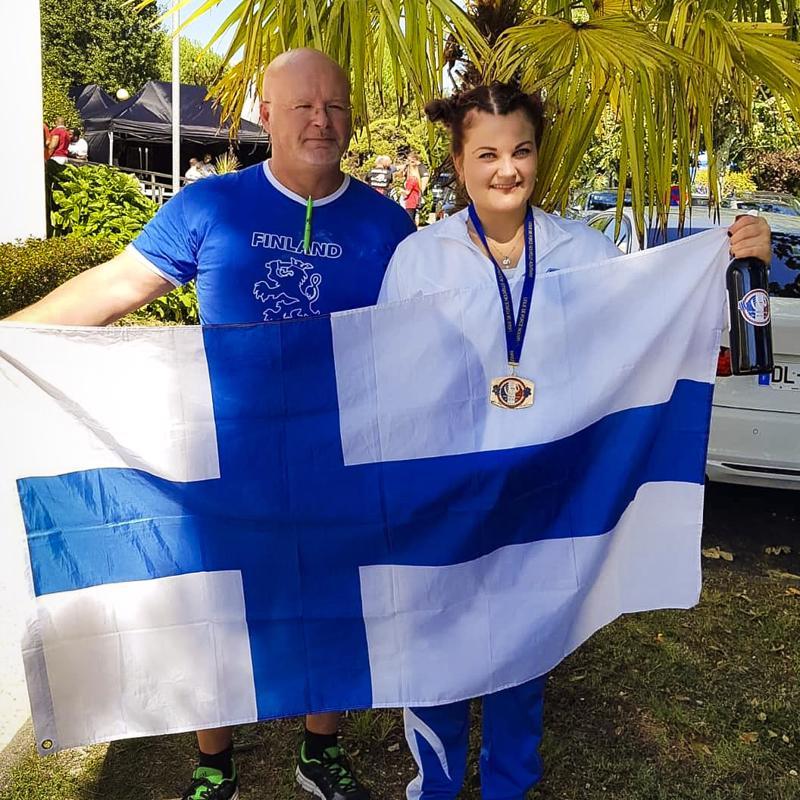 Julianna Löllö ja valmentaja Mats Finne pääsivät juhlimaan Ranskassa kotimaan värejä kantaen.
