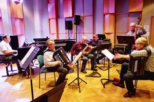 K30-orkesterin jazz-ryhmä arkistokuvassa. Kuvassa perjantaina Vetelin urheilutalolla esiintyvillä Eero Korpimolla ja Raimo Vertaisella harmonikat sylissään.