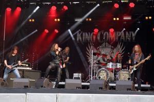 Melodista hard rockia soittavan King Companyn jäsenistä osa on tuttua Raskasta Joulua -kiertueelta. Bändin uusi laulaja on italialainen Leonnard F. Guillan.