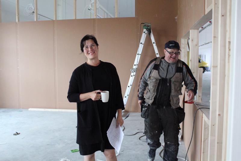 Onerva Aakko toivoo, että rakentamisrumba pian rauhoittuisi. Pekka Puurunen levyttää tulevan keittiön seiniä. Kalusteet ovat tulossa jo tällä viikolla.