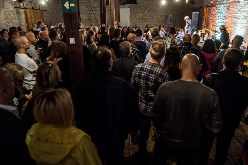 Kahakka-olutfestivaali houkutteli vieraita jo perjantaina alkuillasta, jolloin paikalla esiintyi Aku Hirviniemi.