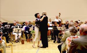 Kapellimestari Raimo Vertainen nappasi irtanaisviikkojenkin järjestelyissä vaikuttaneen viulisti Raila Järvelän tanssiin K30-orkesterin konsertin päätteeksi.
