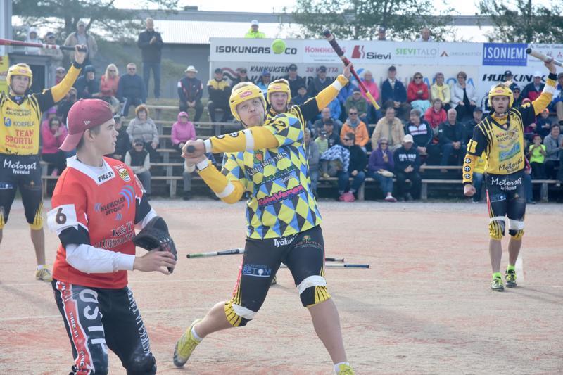 Tästä se lähtee. Aleksi Alanko iskee Aleksi Lahden syötöstä saumalyönnin, joka tuo Uralle paikan lohkofinaaliin.