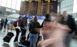 Suomalaiset lentävät eniten Finnairilla ja Norwegianilla, ja niiden lennoista myös tehdään eniten valituksia. Kumpikaan yhtiö ei ole aikeissa muuttaa nykyisiä reklamointi- ja korvausprosessejaan. Kuva huhtikuulta Helsinki-Vantaan lentoasemalta.