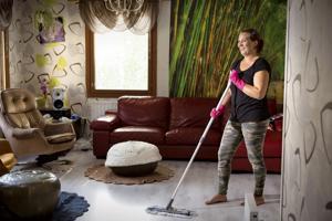Yhä useammassa kodissa käy siivooja joko auttamassa isomman projektin kanssa tai säännöllisesti siivoamassa koko kodin. - Minun suurin asiakasryhmä löytyy nuorista lapsiperheistä, kertoo siivousalan yrittäjä Riina Liimatainen.