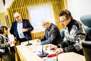 Selvitysryhmä kävi tammikuussa puheenjohtaja Antti Rantakokon ja Liisa Talvitien johdolla Kittilässä kertomassa, että syytteessä olevien pitäisi jäädä pois luottamustehtävistään. Tilaisuudessa valtuuston puheenjohtaja Aki Nevalainen ja hallintojohtajan tehtävistä eläkkeelle jäänyt Esa Mäkinen.
