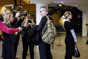 Tutkinnanjohtaja Markku Ranta-aho keskusrikospoliisista tiedotusvälineiden edessä, toimittaja Laura Halminen oikealla Helsingin käräjäoikeuden käsittelyssä helmikuussa.