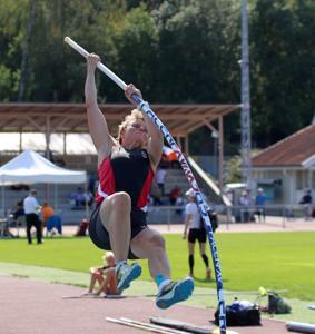 Marja Eskelinen yritti SM-kisoissa uutta seiväshypyn Pohjoismaiden ennätystä 3,05 cm, mutta vielä se ei mennyt.