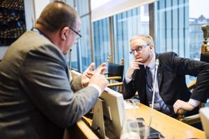 Sinisen eduskuntaryhmän puheenjohtaja Simon Elo (oik.) on viime aikoina tykittänyt tiedotteita medialle.