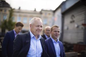 Kokoomuksen eduskuntaryhmän puheenjohtaja Kalle Jokinen ja kokoomuksen puheenjohtaja, valtiovarainministeri Petteri Orpo tapasivat kansalaisia tänään Oulun torilla.