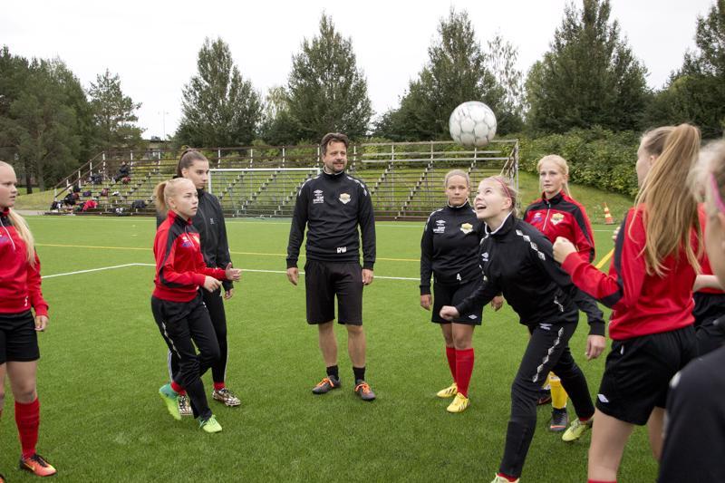 FC Ylivieskan naiset sekä C- ja D-tytöt ovat harjoitelleet viime talvesta lähtien Ralf Wunderlichin johdolla.