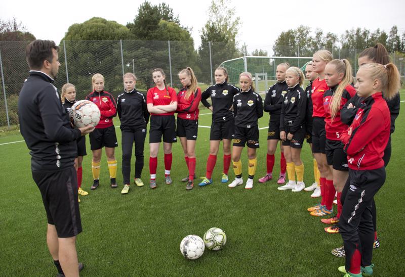 FC Ylivieskan naiset sekä C- ja D-tytöt ovat harjoitelleet viime talvesta lähtien valmennuspäällikkö Ralf Wunderlichin johdolla.