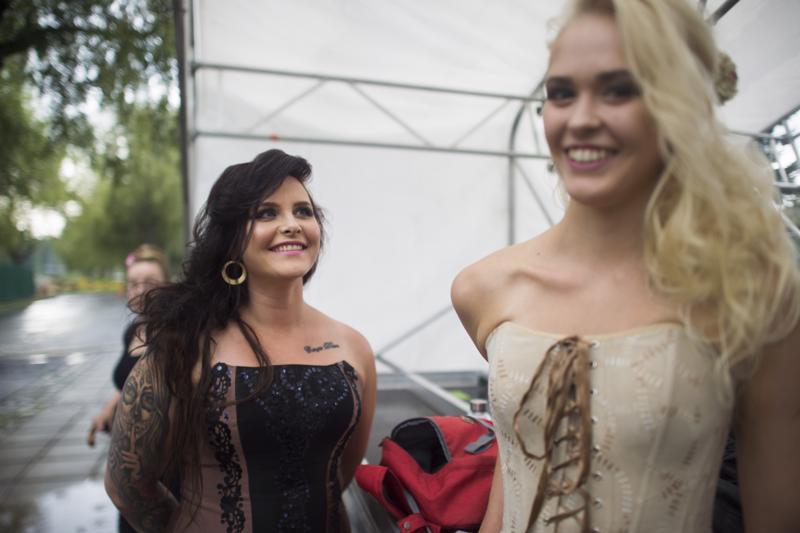 Tummahiuksinen Sanna Nieminen kruunattiin miss Kokkolaksi ja hänen perintöprinsessaksi Sara Ristimäki.